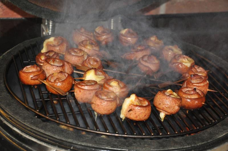 Wurstlollies auf dem Monolith MeMyself's Aussenküche-Bild05-Ein Tag in MeMyself's BBQ Pit mit 12 Gästen und reichlich Grillgut