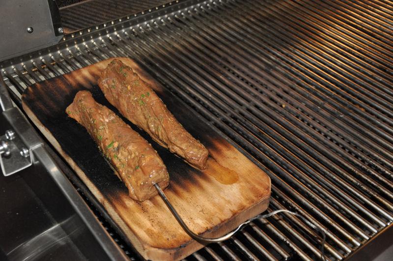 Geplanktes Rosmarin-Balsamico-Schweinefilet MeMyself's Aussenküche-Bild13-Ein Tag in MeMyself's BBQ Pit mit 12 Gästen und reichlich Grillgut