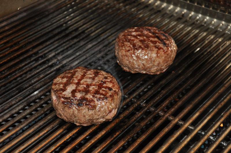 Burgerpatties auf dem Rost Griechischer Burger-Burger06-Griechischer Burger mit Feta gefüllt