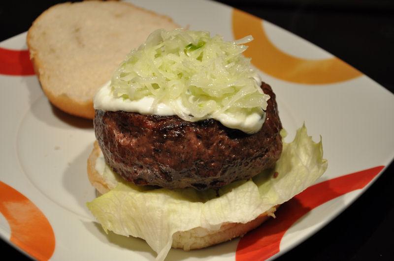 Feta-Burger mit Zatziki und Krautsalat Griechischer Burger-Burger08-Griechischer Burger mit Feta gefüllt