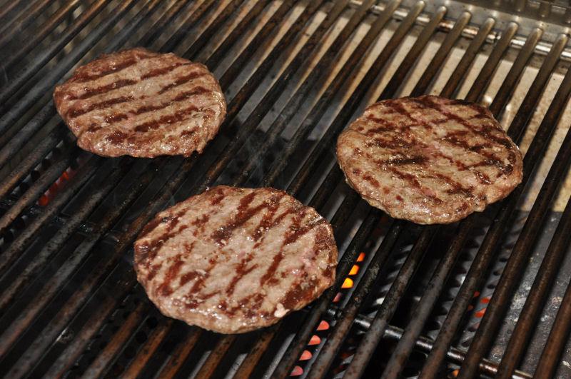 Die Patties werden gegrillt long chili cheese burger-LongChiliCheese01-Long Chili Cheese Burger long chili cheese burger-LongChiliCheese01-Long Chili Cheese Burger