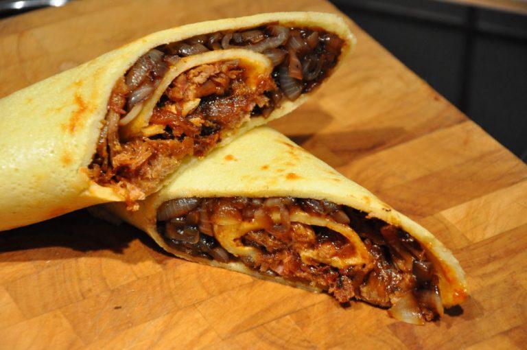 Pulled Pork Pfannkuchenwrap mit Balsamico-Zwiebeln