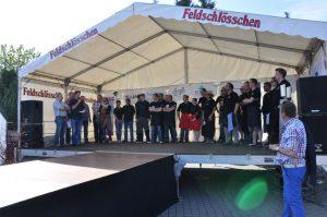 Alle Teams bei der Siegerehrung auf der Bühne Dingdener Grillmeisterschaft-DingdenerGrillmeisterschaft22 300x199-Die BBQ Wiesel Niederrhein werden Dritter bei der 2.Dingdener Grillmeisterschaft