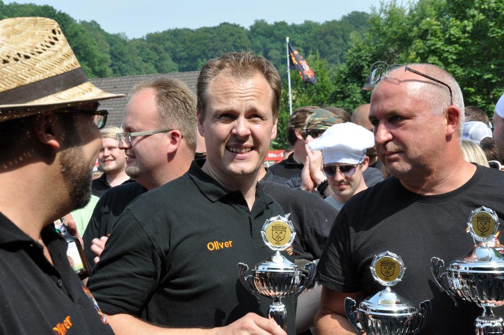 Die BBQ Wiesel mit drei Pokalen in der Hand Bergisch BBQ-BergischBBQ05-Erfolgreiche Teilnahme bei Bergisch BBQ 2013: 4 Pokale für die BBQ Wiesel