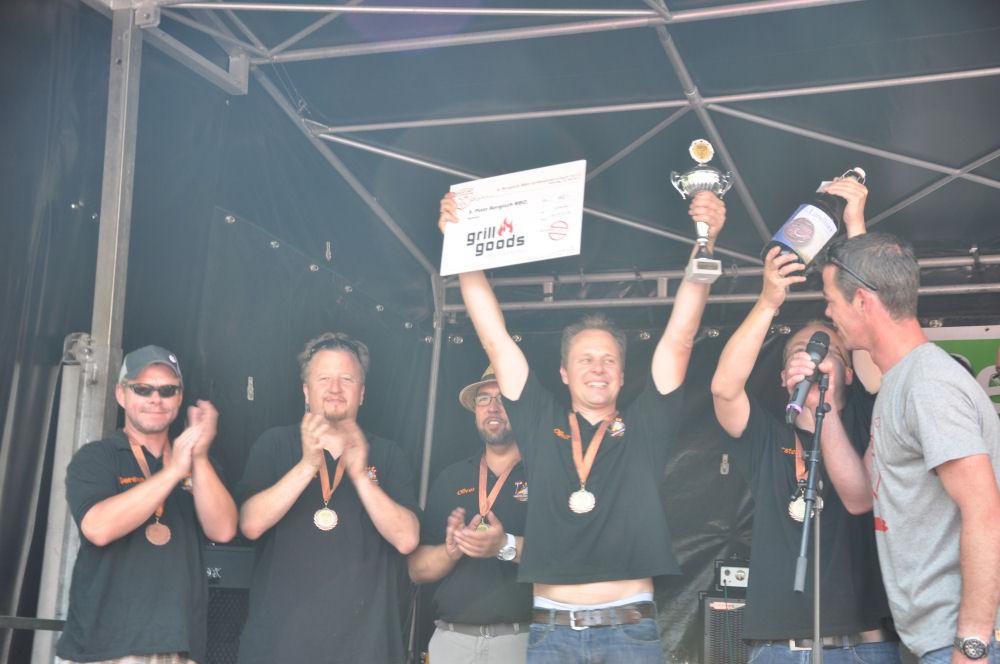 Die BBQ Wiesel auf der Bühne mit Tobi Fischer Bergisch BBQ-BergischBBQ07-Erfolgreiche Teilnahme bei Bergisch BBQ 2013: 4 Pokale für die BBQ Wiesel