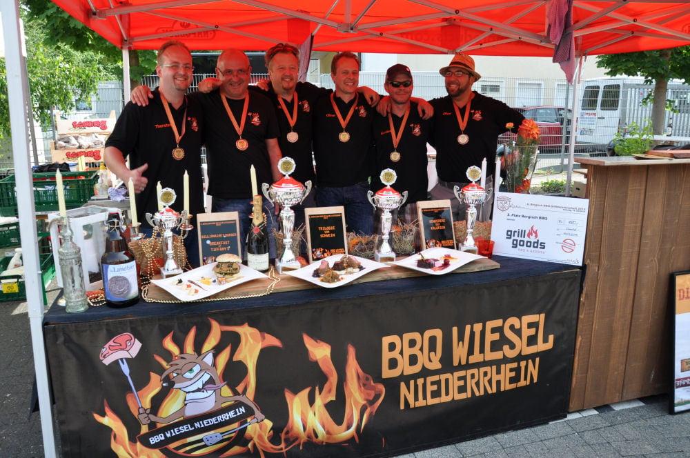 Nach der Siegerrehrung mit allen Pokalen Bergisch BBQ-BergischBBQ11-Erfolgreiche Teilnahme bei Bergisch BBQ 2013: 4 Pokale für die BBQ Wiesel