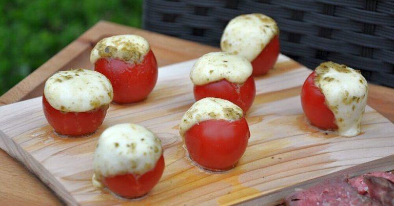 Caprese-Tomaten auf der Zedernholzplanke