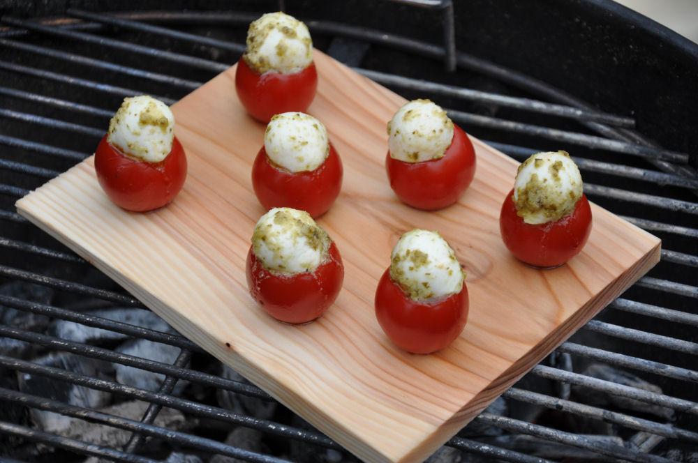 geplankte Caprese Tomaten Caprese-Tomaten-CapreseTomaten01-Caprese-Tomaten auf der Zedernholzplanke
