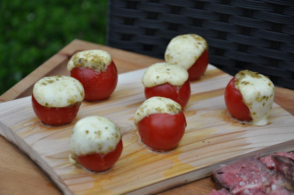 Caprese Tomaten Caprese-Tomaten-CapreseTomaten03-Caprese-Tomaten auf der Zedernholzplanke