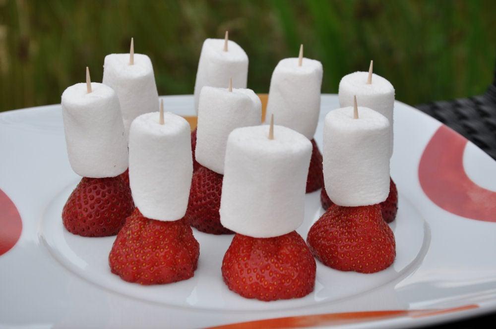 Marshmallow trifft Erdbeere Marshmallow-Erdbeeren-MarshmallowErdbeeren01-Gegrillte Marshmallow-Erdbeeren mit Minze, Zucker und Brausepulver