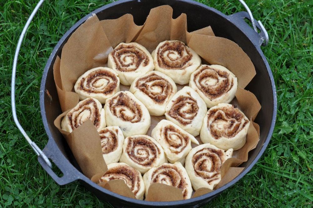 """Zimtschnecken im 12"""" Dutch Oven Zimtschnecken-CinnamonRolls04-Zimtschnecken aus dem Dutch Oven – Cinnamon Rolls"""
