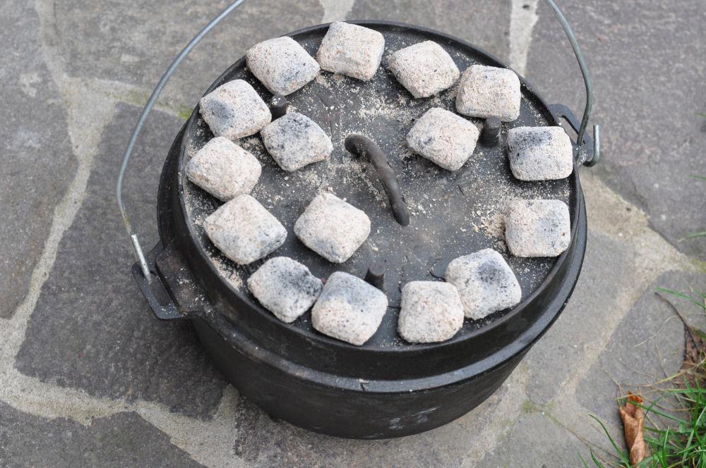 16 Briketts auf dem 12er DO Zimtschnecken-CinnamonRolls05-Zimtschnecken aus dem Dutch Oven – Cinnamon Rolls