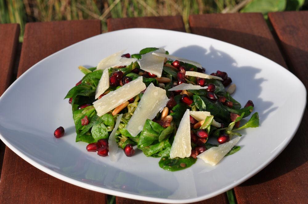 Feldsalat Feldsalat-Feldsalat01-Feldsalat mit Pinienkernen, Granatapfel, Parmesan und Schinkenwürfeln