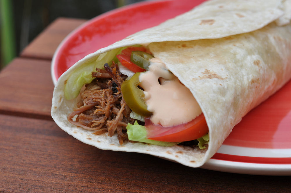 Der fertige Pulled Pork Wrap pulled pork wrap-PulledPorkWrap04-Pulled Pork Wrap mit Jalapeños und Salat