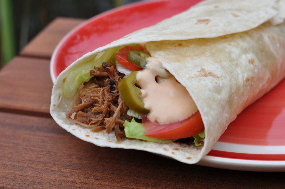 Der fertige Pulled Pork Wrap pulled pork wrap-PulledPorkWrap04-Pulled Pork Wrap mit Jalapeños und Salat pulled pork wrap-PulledPorkWrap04-Pulled Pork Wrap mit Jalapeños und Salat