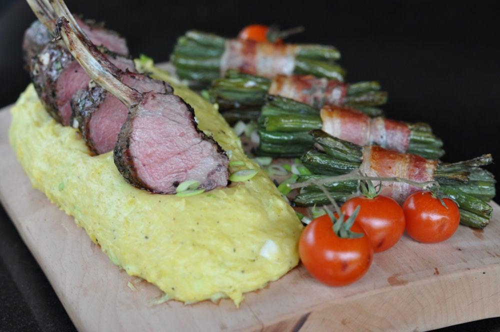 Lammkrone lammkarree-Lammkarree-Lammkarree mit geplanktem Kartoffelpüree und Speckbohnen