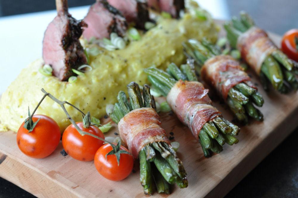 Lammkarree lammkarree-Lammkarree05-Lammkarree mit geplanktem Kartoffelpüree und Speckbohnen