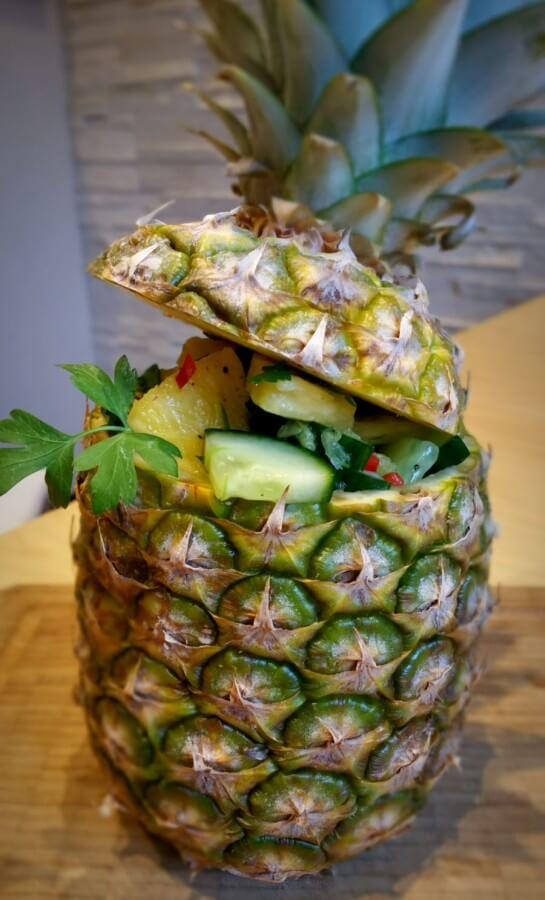 Ananas-Gurkensalat in der Ananasschale serviert ananas-gurkensalat-Ananas Gurkensalat 01-Ananas-Gurkensalat mit Limettendressing