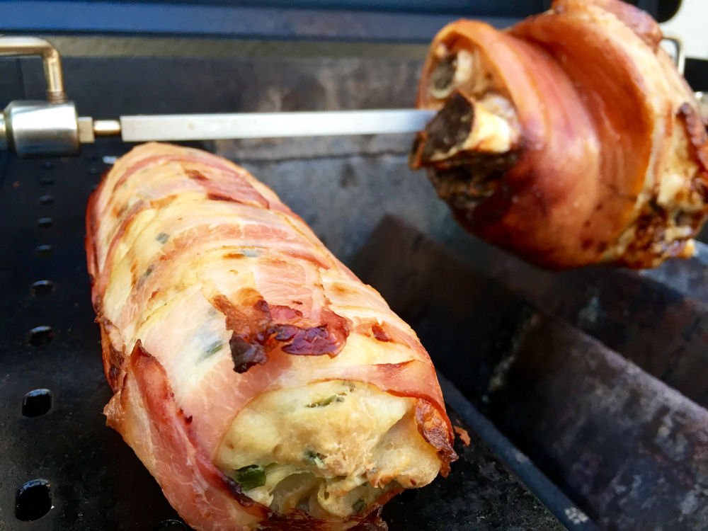 Schweinshaxe vom Grill schweinshaxe vom grill-SchweinshaxevomGrill01-Bayerische Schweinshaxe vom Grill mit Serviettenknödel im Baconnetz