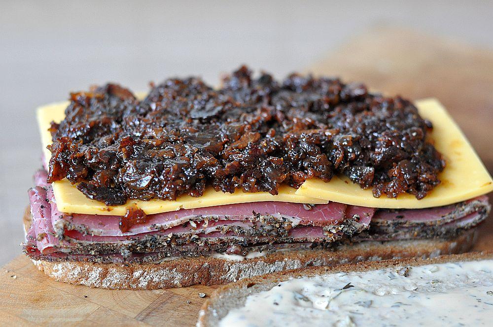 Pastrami-Bacon-Jam-Sandwich Pastrami-Bacon-Jam-Sandwich-PastramiBaconJamSandwich011-Pastrami-Bacon-Jam-Sandwich mit Cheddar
