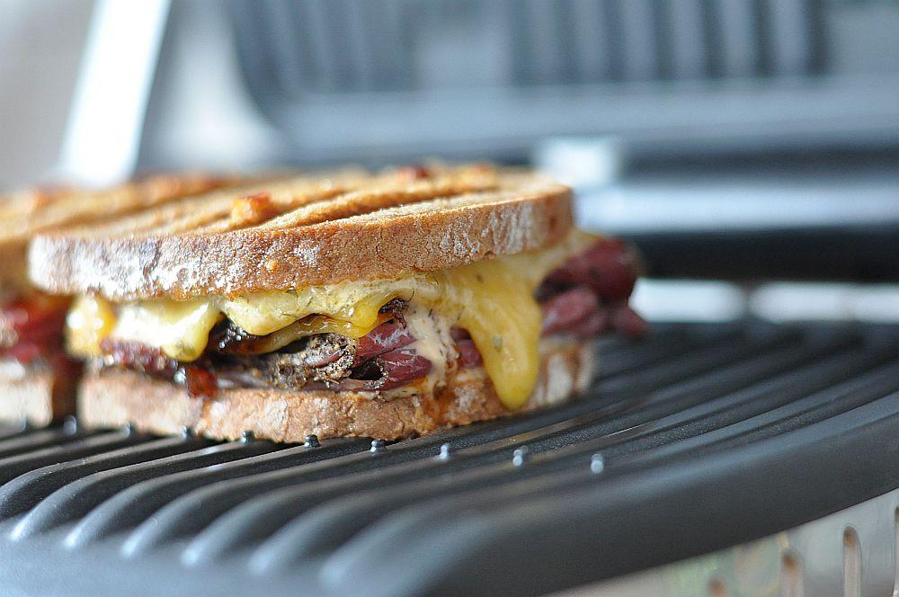 Pastrami-Bacon-Jam-Sandwich Pastrami-Bacon-Jam-Sandwich-PastramiBaconJamSandwich021-Pastrami-Bacon-Jam-Sandwich mit Cheddar