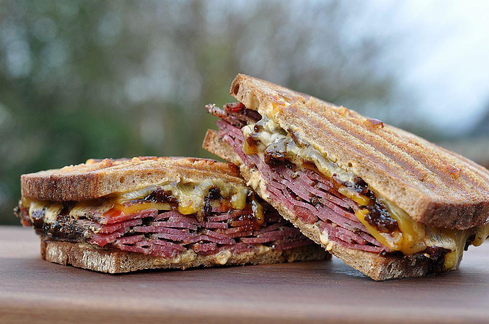 Pastrami-Bacon-Jam-Sandwich Pastrami-Bacon-Jam-Sandwich-PastramiBaconJamSandwich031-Pastrami-Bacon-Jam-Sandwich mit Cheddar