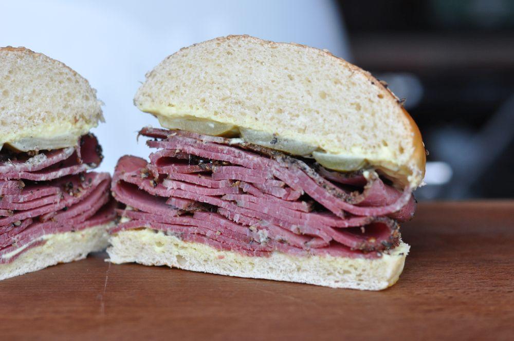 Pastrami-Sandwich pastrami-sandwich-PastramiSandwich02-Klassisches Pastrami-Sandwich mit eingelegten Gurken