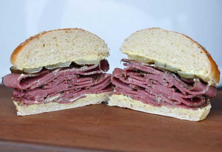 Klassisches Pastrami-Sandwich mit eingelegten Gurken