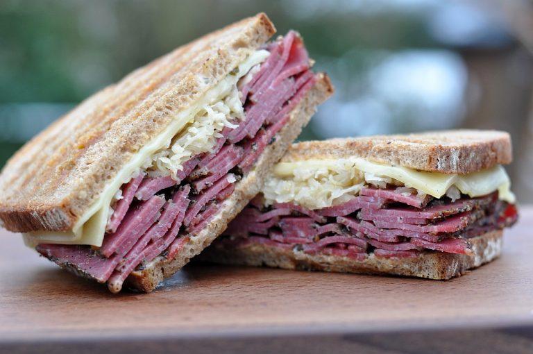 Reuben-Sandwich mit Pastrami und Sauerkraut