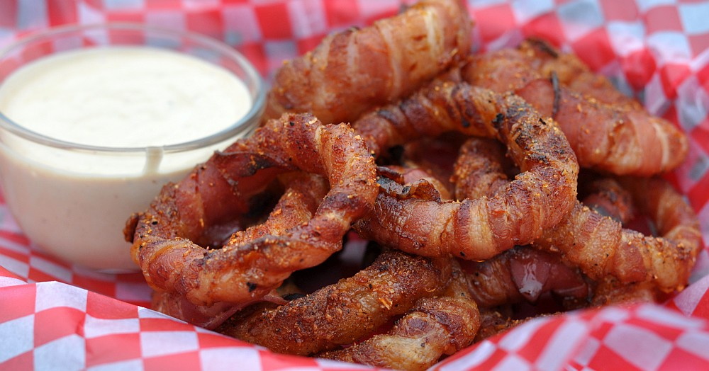 Bacon Onion Rings bacon-zwiebelringe-BaconZwiebelringe-Bacon-Zwiebelringe / Bacon Onion Rings mit Chili-Dip