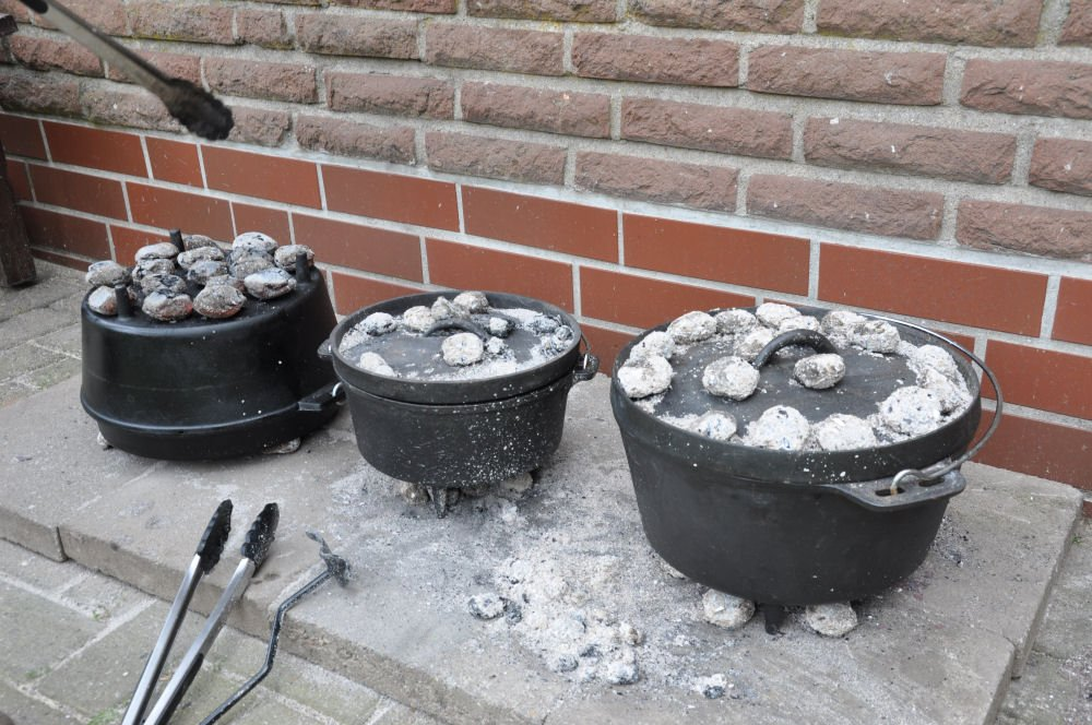 Dutch Oven Guide dutch oven-FireFoodDutchOvenShooting02-Dutch Oven Guide – Tipps, FAQ, Einbrennen und Kaufberatung