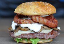 Burger mit Zwiebelringen