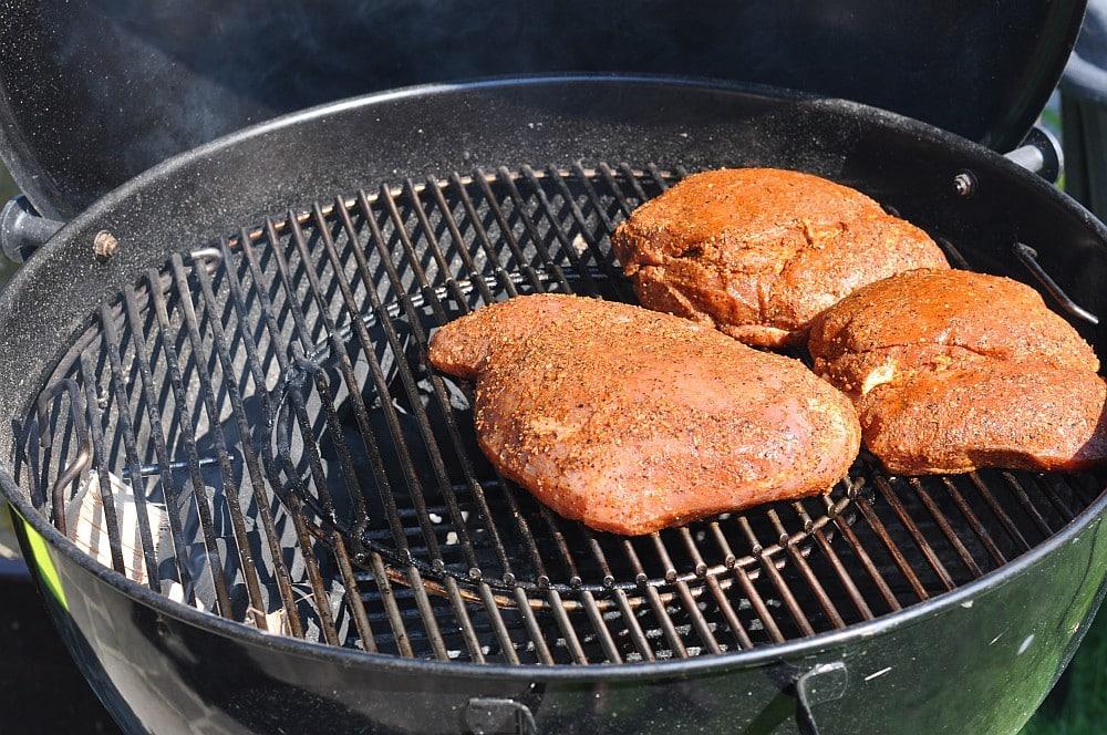 Das Putenfleisch wird indirekt gegrillt und geräuchert puten-pastrami-PutenPastrami06 1-Puten-Pastrami / geräucherte Putenbrust aus dem Hickory-Rauch