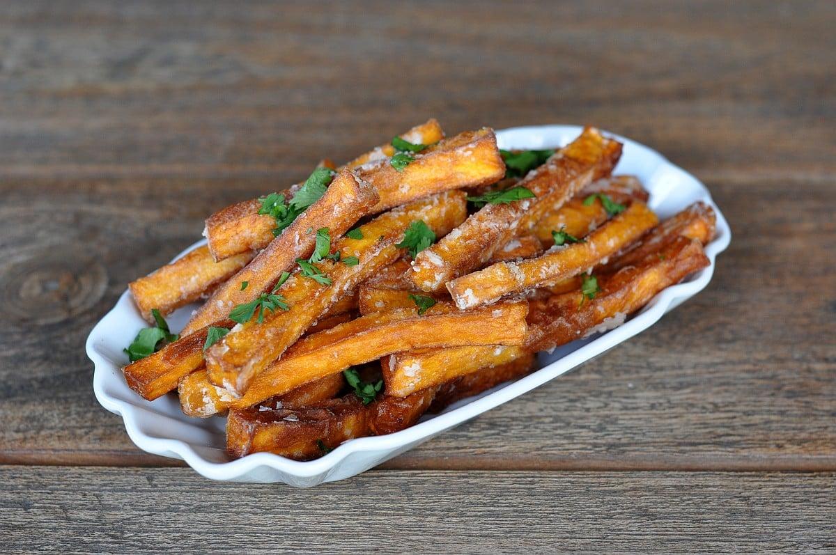 Knusprige Süßkartoffel-Pommes knusprige süßkartoffel-pommes-KnusprigeSuesskartofelpommes-Süßkartoffel pommes (knusprig) selber machen im Ofen