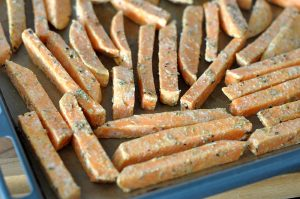 Knusprige Süßkartoffel-Pommes knusprige süßkartoffel-pommes-KnusprigeSuesskartofelpommes04 300x199-Süßkartoffel pommes (knusprig) selber machen im Ofen