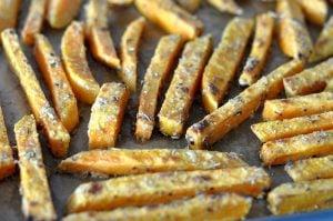 Knusprige Süßkartoffel-Pommes knusprige süßkartoffel-pommes-KnusprigeSuesskartofelpommes05 300x199-Süßkartoffel pommes (knusprig) selber machen im Ofen