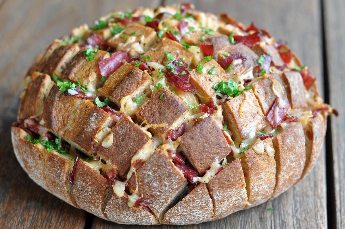 Käse-Zupfbrot reuben-zupfbrot-ReubenZupfbrotmitPastrami-Reuben-Zupfbrot mit Pastrami, Käse und Sauerkraut