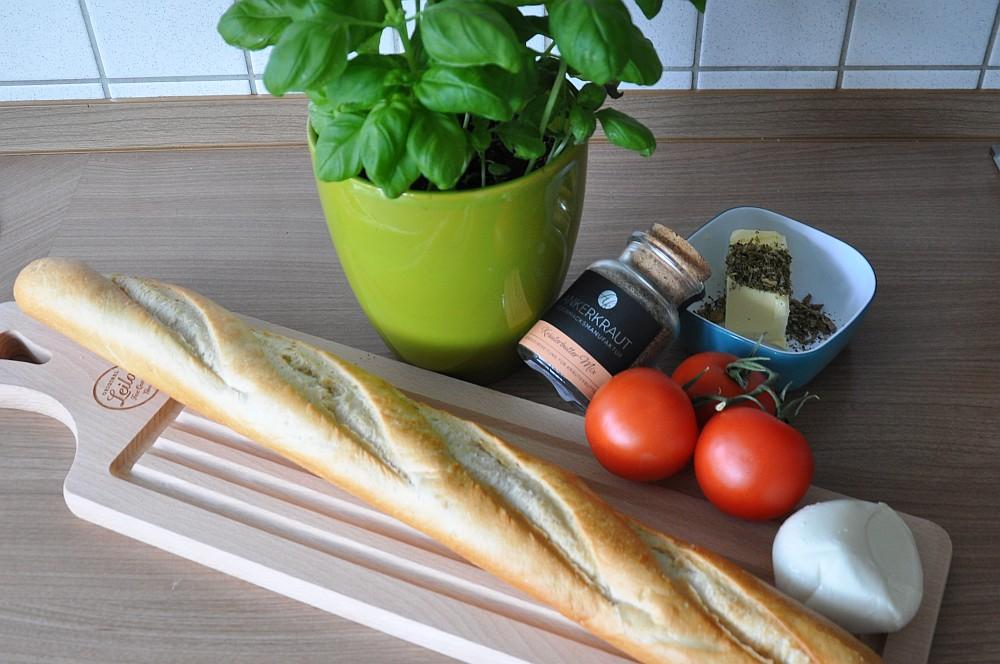 Warmes Fächer-Baguette fächer-baguette-WarmesFaecherbaguette01-Warmes Fächer-Baguette Caprese mit Kräuterbutter