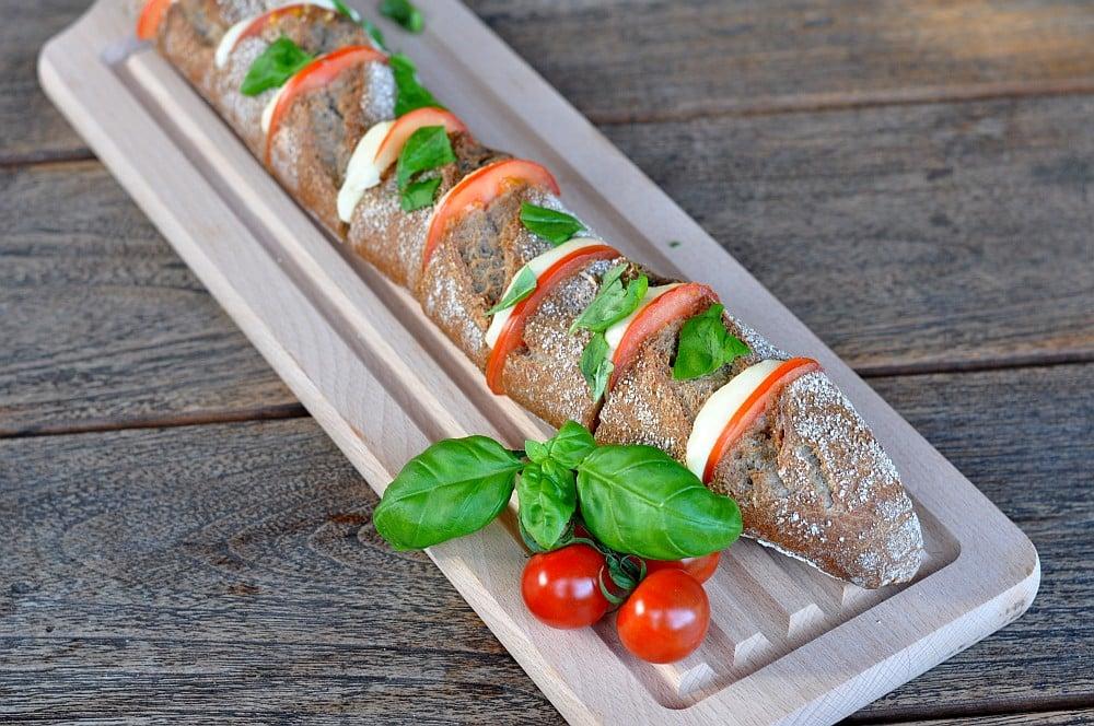 Fächerbaguette fächer-baguette-WarmesFaecherbaguette02-Warmes Fächer-Baguette Caprese mit Kräuterbutter