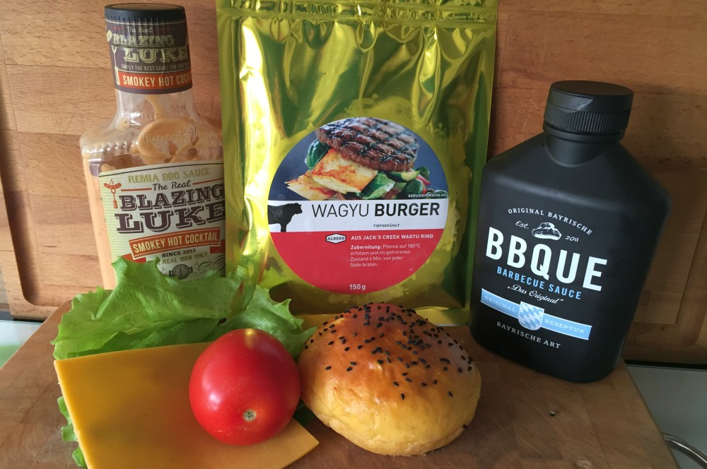 Wagyu-Cheeseburger wagyu-cheeseburger-WagyuCheeseburgermitSuesskartoffelBun01-Wagyu-Cheeseburger auf Süßkartoffel-Bun