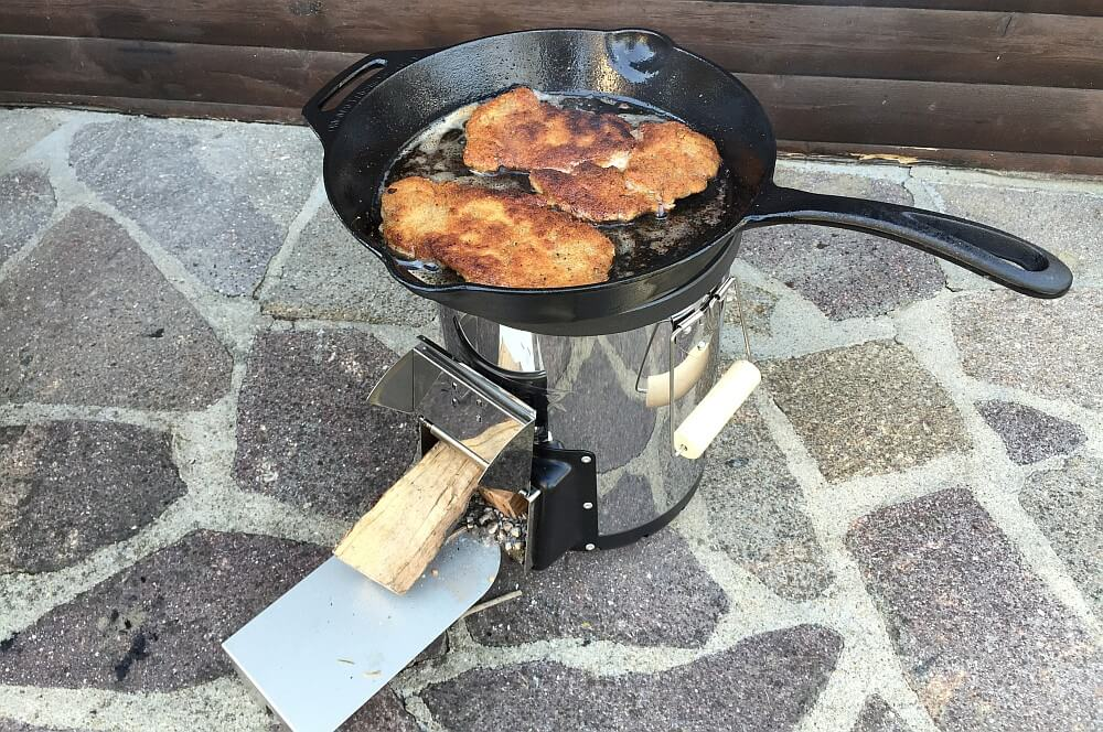 Wiener Schnitzel auf dem Rocket Stove petromax raketenofen-PetromaxRaketenofen rf33 RocketStove06-Petromax Raketenofen rf33 (Rocket Stove) im BBQPit-Test