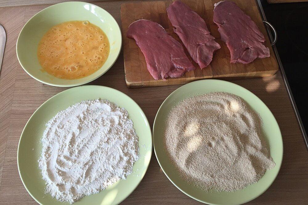 Schnitzelapanade wiener schnitzel-WienerSchnitzelvomKalb01-Wiener Schnitzel aus der Gusspfanne