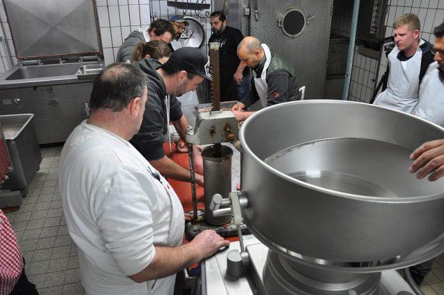 bratwurst-seminar-Wurstseminar Fleischerei Laschke Heek 08 633x420-Bratwurst-Seminar bei Fleischerei Laschke in Heek