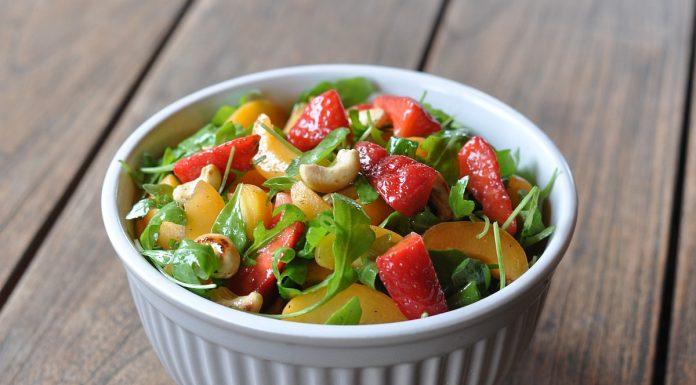 Salat mit Erdbeeren