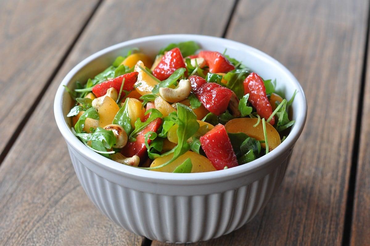 Salat mit Erdbeeren sommersalat-Fruchtiger Sommersalat Erdbeeren Aprikosen Rucola-Fruchtiger Sommersalat mit Erdbeeren, Aprikosen und Rucola