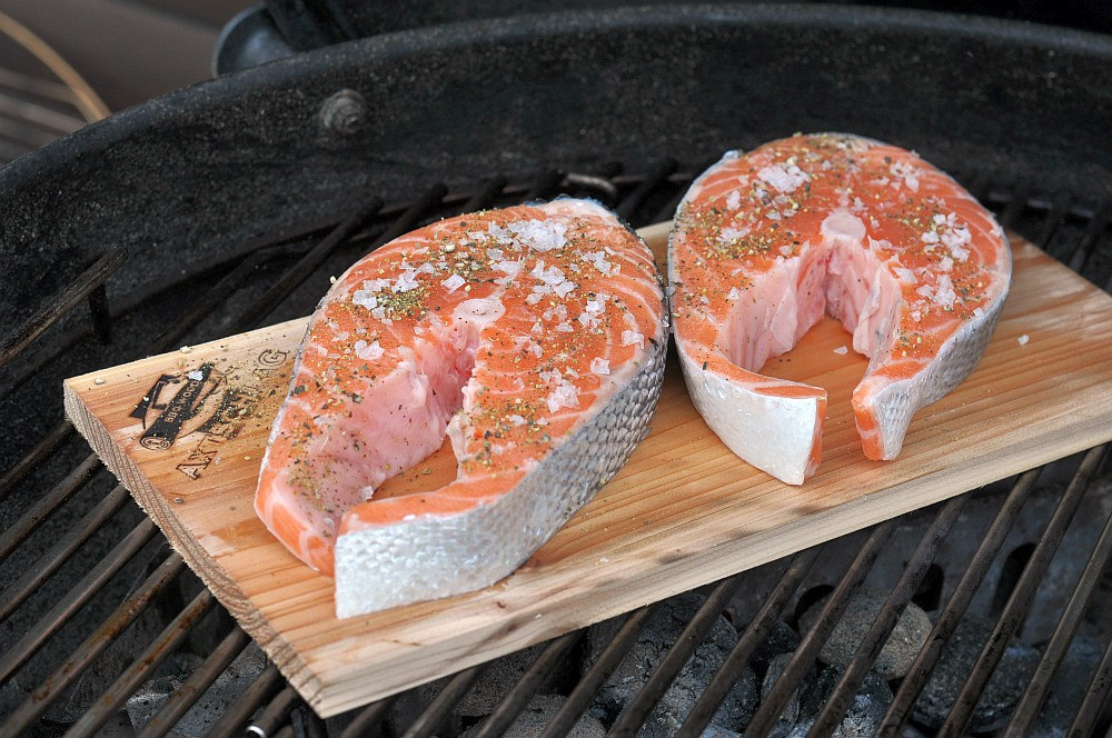 Lachs-Steak-mit-Gurke-Planke lachssteak-Lachs Steak mit Gurke Planke 04-Geplanktes Lachssteak mit Gurke