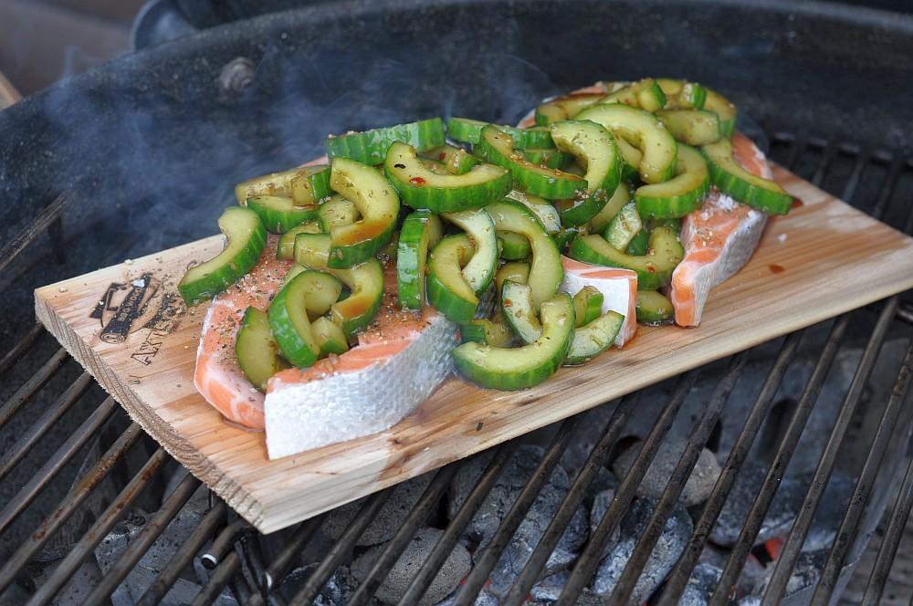 Lachssteak mit Gurke lachssteak-Lachs Steak mit Gurke Planke 05-Geplanktes Lachssteak mit Gurke