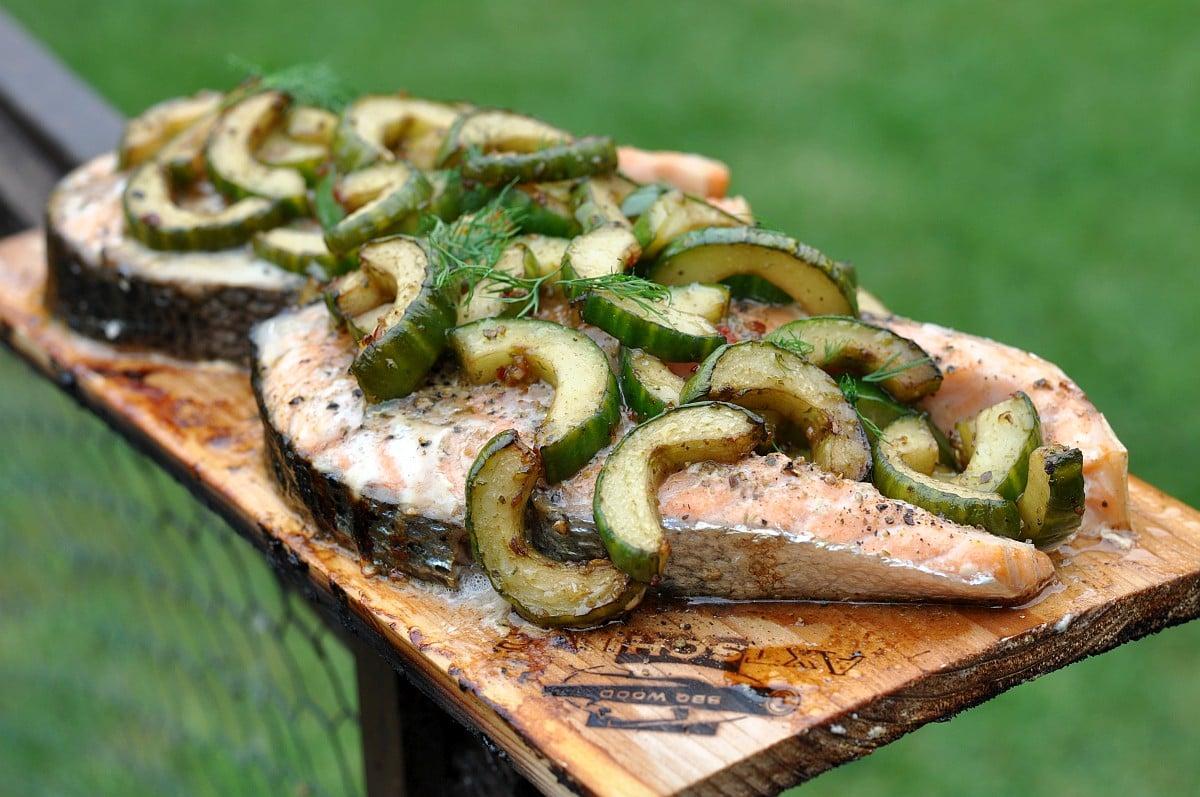 Plankenlachs lachssteak-Lachs Steak mit Gurke Planke-Geplanktes Lachssteak mit Gurke