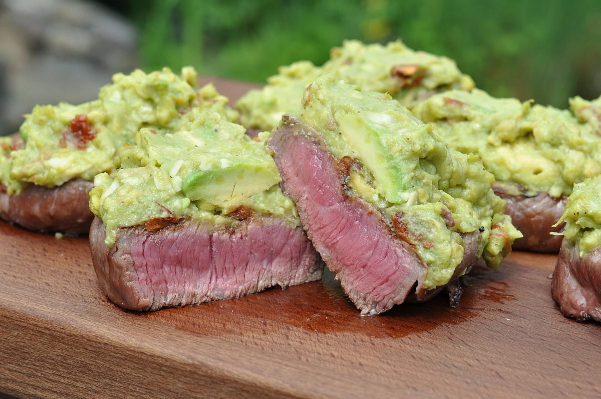 rinder-hüftsteaks-Rinder Hueftsteak Avocado Topping-Rinder-Hüftsteaks mit Avocado-Topping