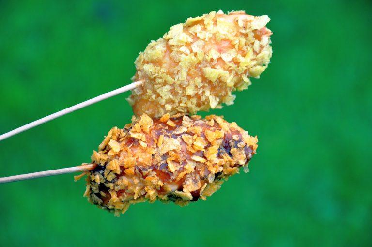 Crunchy Chicken Sticks – Hühnchenspieße mit Chipspanade